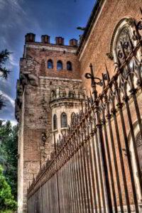 torre palacio arzobispal con verja